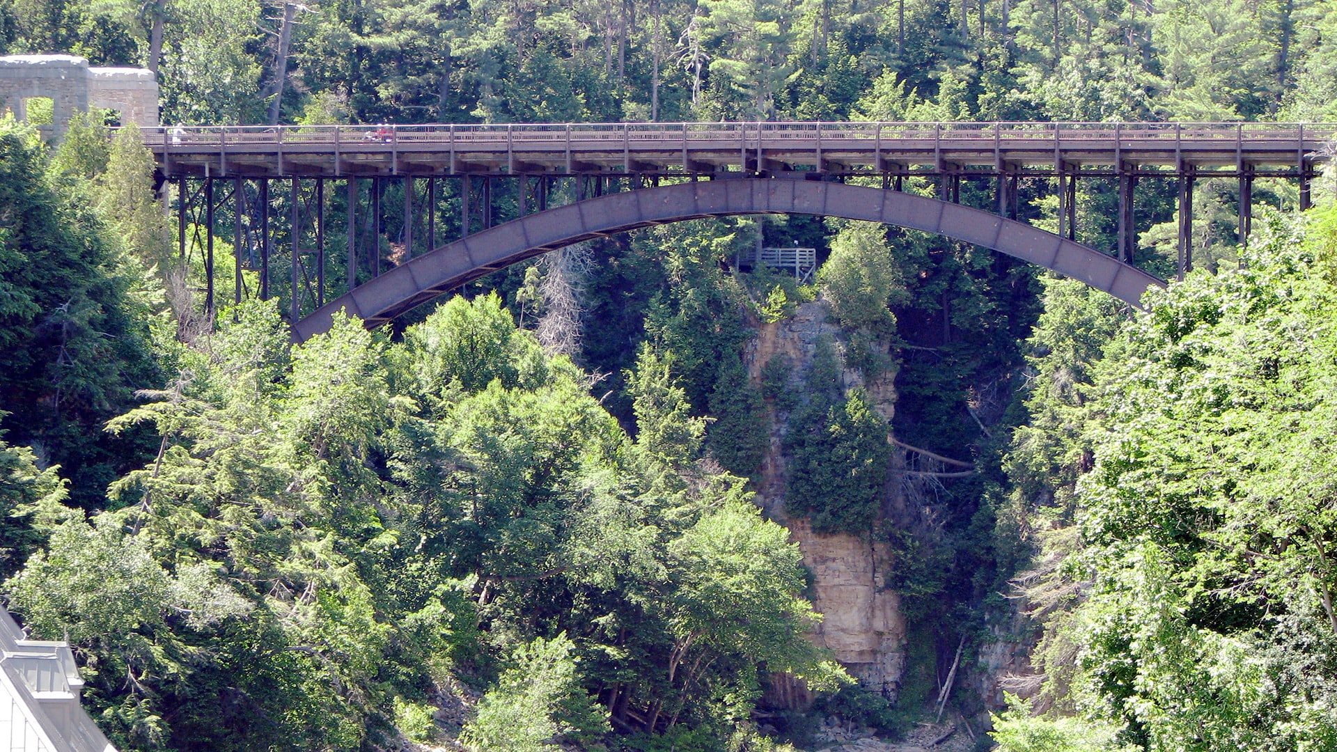 https://upload.wikimedia.org/wikipedia/commons/3/31/Bridge_over_the_Ausable_Chasm,_Clinton_County,_New_York.jpg